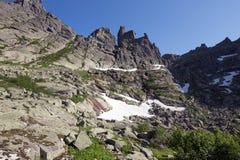 通过在西Sayan的山Ergaki的传说 库存图片
