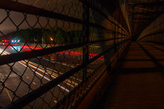 通过在走道下的汽车在晚上 库存照片