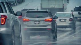 通过在路的许多汽车在雨中 影视素材