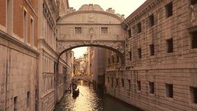 通过在运河的长平底船在叹气下桥梁  影视素材