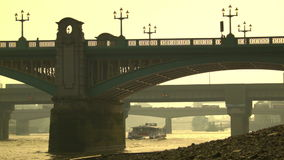 通过在铁路桥早晨,伦敦下的小船 影视素材