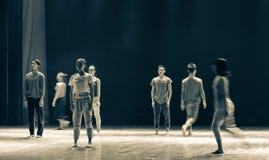 通过在仓促对来的a对去现代舞蹈 免版税库存照片