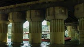 通过在从左边的一座桥梁下的小船 股票视频