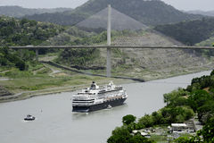 通过在巴拿马的百年桥梁下的大游轮 免版税库存照片