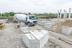 通过在建筑工地的混凝土搅拌机 库存照片