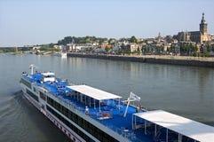 通过地平线城市奈梅亨的游轮 免版税库存照片