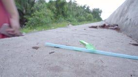 通过塑料秸杆和匙子的某些夫人 从垃圾的污染 影视素材