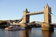 通过复制品塔的桥梁paddleboat 免版税库存图片