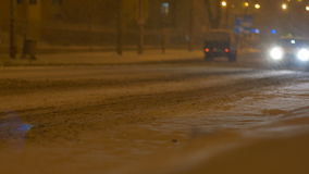 通过夜下雪的出租汽车汽车 股票录像