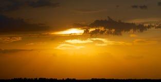 通过天的日落。 库存图片