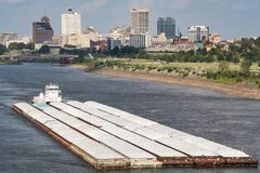 通过孟菲斯田纳西地平线的河驳船 免版税库存照片