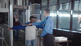 通过安检的不同的乘客 免版税库存照片