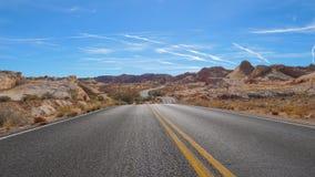 通过小山国家公园,红色岩石峡谷,内华达的弯曲道路看法 库存图片