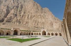 通过山的历史旅馆庭院在伊朗 商队投宿的旅舍结构 免版税库存图片