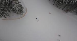 通过山的滑雪者在滑雪胜地的森林里 鸟瞰图 影视素材