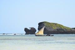 通过岩石的印度洋单桅三角帆船 库存照片