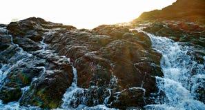 通过岩石飞溅的波浪 库存图片