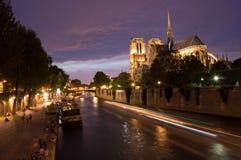 通过巴黎圣母院的Peniche小船 免版税库存图片