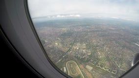 通过平面飞行上流,航空旅行服务窗口被看见的大城市在天空的 股票视频
