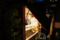 通过开放瑞士山中的牧人小屋摊位被看见的男性供营商剪影d 免版税库存照片