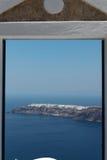 通过往沿海地带的一个门在圣托里尼海岛上 库存照片