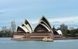 通过悉尼的早轮渡房子早晨歌剧 免版税库存照片