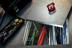 通过技术舱口盖可看见的网络导线 免版税库存图片