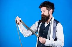 通过提出被擦亮寻找工作或联谊盛会,领带提高衣橱 人有胡子的行家举行少量 图库摄影