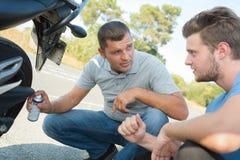 通过摩托车许可证的Tennage人 免版税图库摄影