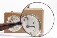 通过放大镜被看见的棋时钟拨号盘 库存照片