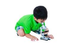 通过显微镜biologica被观察的亚裔孩子的充分的身体 库存图片