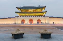 通过景福宫宫殿的夜间交通迷离在汉城,韩国 库存照片