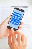 通过智能手机或移动设备创造付款 免版税库存图片