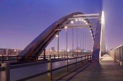 通过曲拱桥梁 免版税库存图片