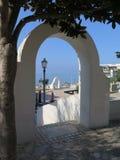 通过曲拱看法在意大利海岸的晴天 库存照片