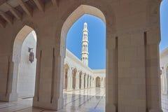 通过曲拱被看见的清真寺的尖塔 免版税库存图片