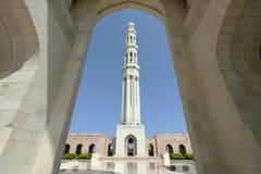 通过曲拱被看见的清真寺的尖塔 图库摄影