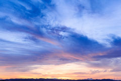通过未来、的时间,新的天、天空,明亮的蓝色,橙色和黄色颜色日落日出 库存照片