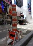 通过橙色和白色堆被放气的蒸汽蒸气,时代广场,纽约, NYC, NY,美国 免版税库存图片