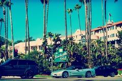 通过比佛利山旅馆的汽车 库存图片