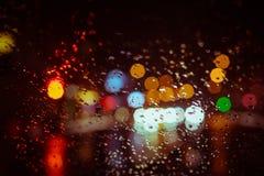 通过汽车挡风玻璃看的城市光 库存图片