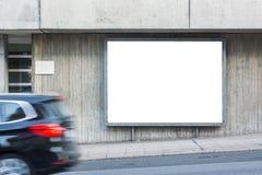 通过汽车空白的街道边路广告牌金属框架城市Urb 库存图片