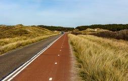 通过沙丘骑自行车方式在北荷兰,在岸附近 库存照片