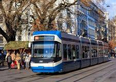 通过沿Bahnhofstrasse街道的电车在苏黎世 库存照片
