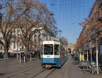 通过沿Bahnhofstrasse街道的电车在苏黎世 免版税库存照片