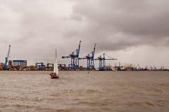 通过港口乘快艇航行在大风天 免版税库存图片