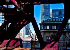通过湖街道桥梁结构被看见的吊桥,而海鸥坐在老bridgehouse顶部 图库摄影