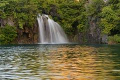 通过瀑布用绿松石水和木路美丽的景色在水 克罗地亚湖国家公园plitvice Fa 库存照片