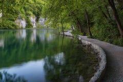通过瀑布用绿松石水和木路美丽的景色在水 克罗地亚湖国家公园plitvice Fa 图库摄影