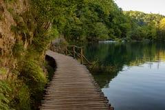 通过瀑布用绿松石水和木路美丽的景色在水 克罗地亚湖国家公园plitvice Fa 免版税库存照片